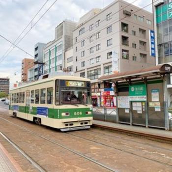 路面電車はマンションの前を通ります。駅は目と鼻の先!朝の二度寝願望を叶えられそう。