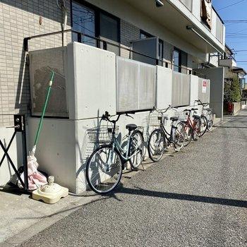 こちらに自転車が並んでいます。