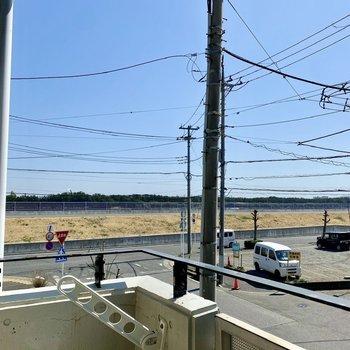 すぐ近くに内湾沿いのお散歩コースが見えます。