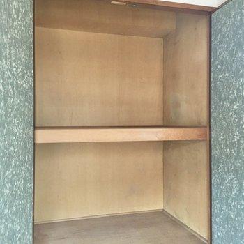 【和室】押入れが大容量です。ハンガーパイプなどを利用すれば衣類の収納も可能です。