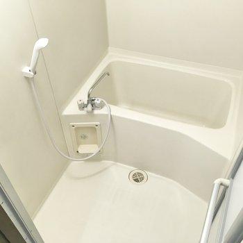 浴室もシンプルなデザインですね。湯船に浸かってゆったりくつろげそうです。
