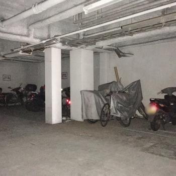 その隣にはバイク置き場も。