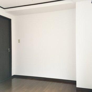 【洋室】コンセントはクローゼット側と出入り口付近それぞれに設置されています。
