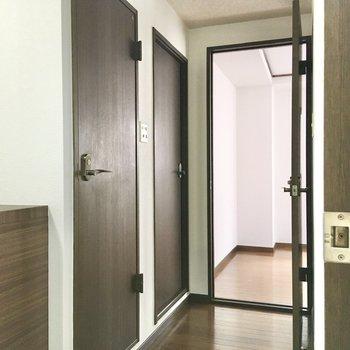 玄関を通り過ぎて、北側の洋室へ。