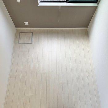 真下を見ると、クリーム色のフローリング※写真は1階の反転間取り別部屋のものです