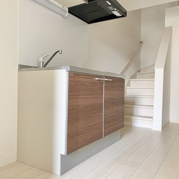 冷蔵庫はキッチンの横に置けますね※写真は1階の反転間取り別部屋のものです