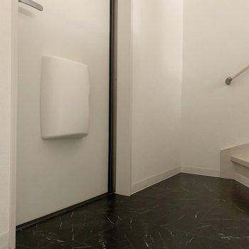玄関はフラットなので、マットを敷きましょう※写真は1階の反転間取り別部屋のものです
