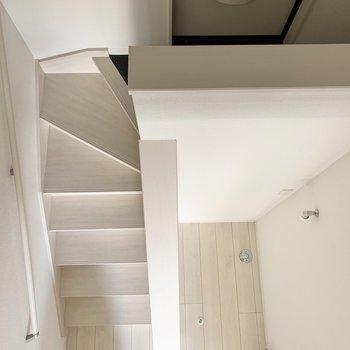 玄関を中心に半円をぐるっと※写真は1階の反転間取り別部屋のものです