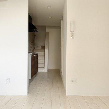 居室からキッチン側を見てみました※写真は1階の反転間取り別部屋のものです