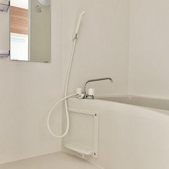 バスルームにはシャンプー置きもあります※写真は1階の反転間取り別部屋のものです