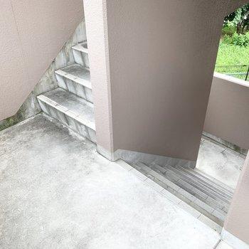アクセスはこちらの階段。家具家電の搬入時は採寸を◎