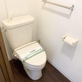 おトイレは玄関横のドアの中。嬉しいウォシュレット付です。