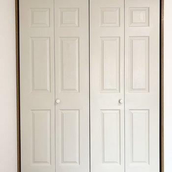 モールディングの施された収納扉も素敵◎こちらもしっかり木目調です。