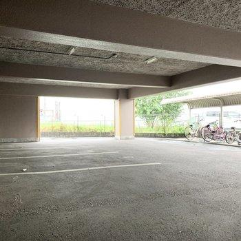 駐車場と駐輪場はどちらもしっかり屋根の下です。