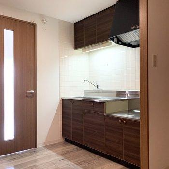 扉を出てすぐの位置にキッチンが。
