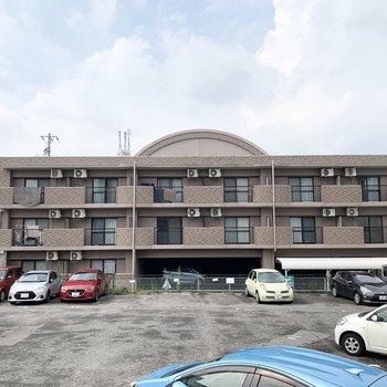 屋根の半円が特徴的な3階建の鉄筋コンクリートマンションです。