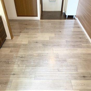 床、建具、キッチンとさまざまな木の柄が溶け合う空間です。