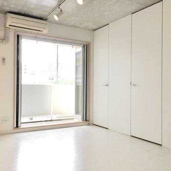 奥の扉はクローゼットで手前がサニタリールーム。(※写真は4階の同間取り別部屋のものです)