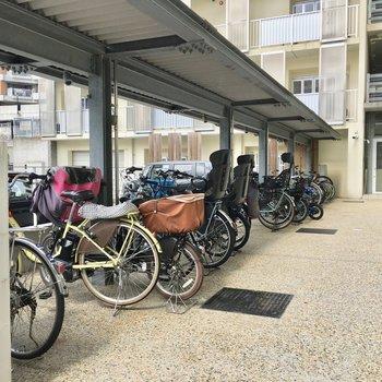 共用部】駐輪場は屋根付きで雨の心配なし。