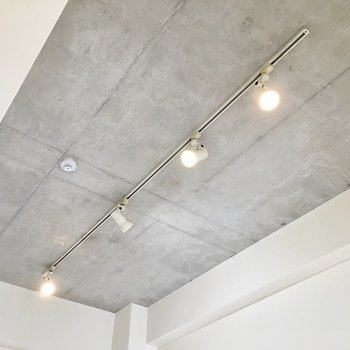 天井にはコンクリ!スポットライトがお部屋を照らしてくれます。(※写真は4階の同間取り別部屋のものです)