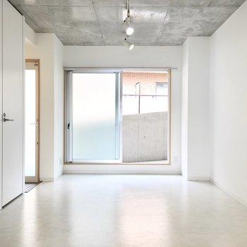 窓の外はマンションの廊下に直結。(※写真は4階の同間取り別部屋のものです)