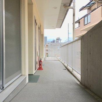 共用部】リビングの窓の前はすぐ廊下。