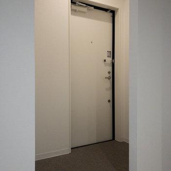 広めの玄関なので、お客さんが来ても余裕で靴の脱ぎ履きができそう◎