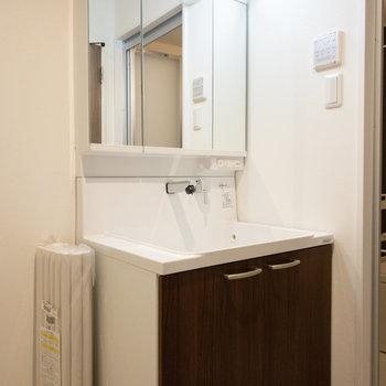 幅が広めの洗面台。