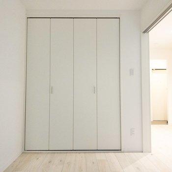 洋室】扉を開けると空間が広く感じますね。