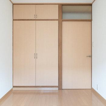 【洋室約5帖】左側に収納があります。