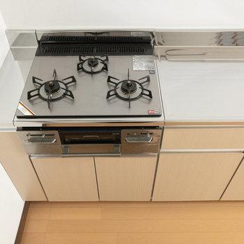 【LDK】キッチンは3口ガスコンロでグリル付きです。