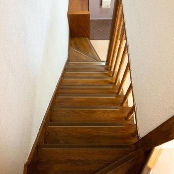 階段を下りて脱衣所に向かいます。
