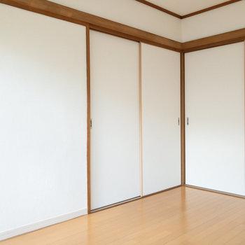 【洋室約6帖】左奥に収納があります。