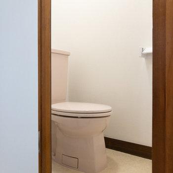 独立洗面台の右横にはトイレ。個室になっています。