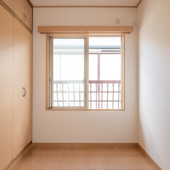 【洋室約4帖】こちらは書斎や趣味を楽しむスペースとして使えそうです。