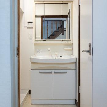 鏡が大きく、洗い場もゆとりのある独立洗面台。