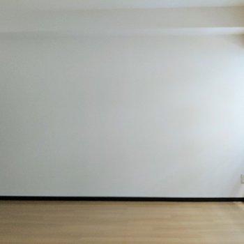 [間取り図LD左の洋室]細長い形をしたお部屋です。