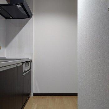 キッチン奥の右は冷蔵庫を置くスペースあります。