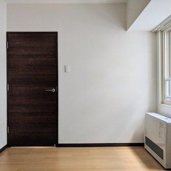 [間取り図LD右の洋室]こちらのお部屋にはストーブがあるので寒い冬も乗り越えられます。