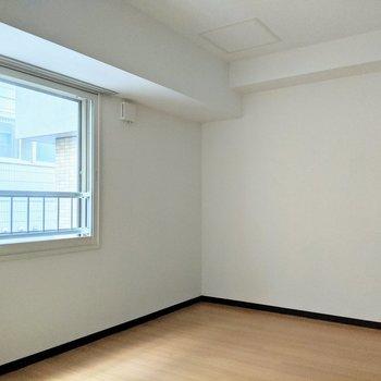 [間取り図LD右の洋室]西向きの窓。日中は優しく明るいお部屋です。