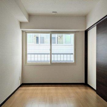 [間取り図LD左の洋室]西向きの窓。直接西日が入らないので優しい明るさ。