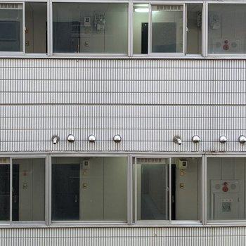 [間取り図LD左の洋室]隣の建物の壁が見えます。