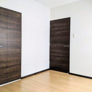 [間取り図LD右の洋室]ナチュラルな床のお部屋。
