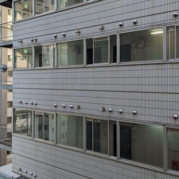 [間取り図LD右の洋室]周辺は高い建物が多いです。
