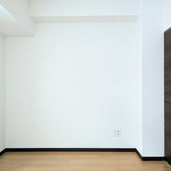 [間取り図LD右の洋室]ベッドを置いて寝室にすると良さそうです。