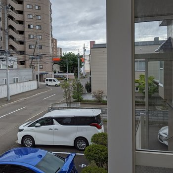 【洋室】正面には建物が見えますが、少し左側は駐車場なので日当たりがいいですね。