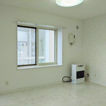 【洋室】窓は南向きです。