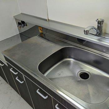 【キッチン】調理スペース、シンクが広めキッチン。コンロは持ち込みです。
