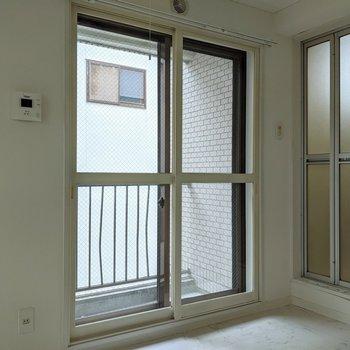 【洋室】窓は東向き。優しい明るさで暮らせます。