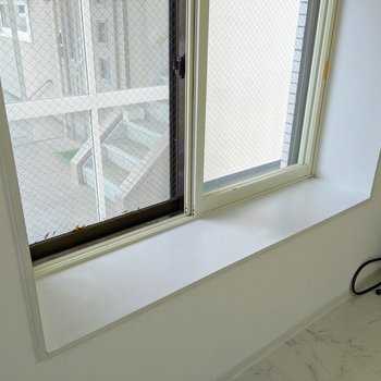 【洋室】出窓になっているので、植物などを飾ることができますよ。